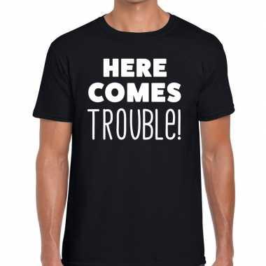 Zwart t-shirt met here comes trouble bedrukking heren voor carnaval